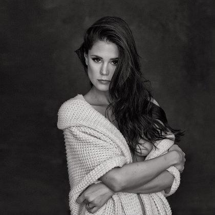Schwarz-Weiß-Foto von Little Caprice