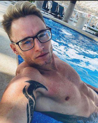 Marcello Bravo genießt einen sonnigen Tag am Pool
